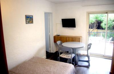 Salon des appartements 2 pièces avec parquet et mobiliers de couleur grise