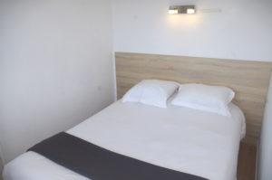 Lit double de la petite chambre des appartements supérieurs