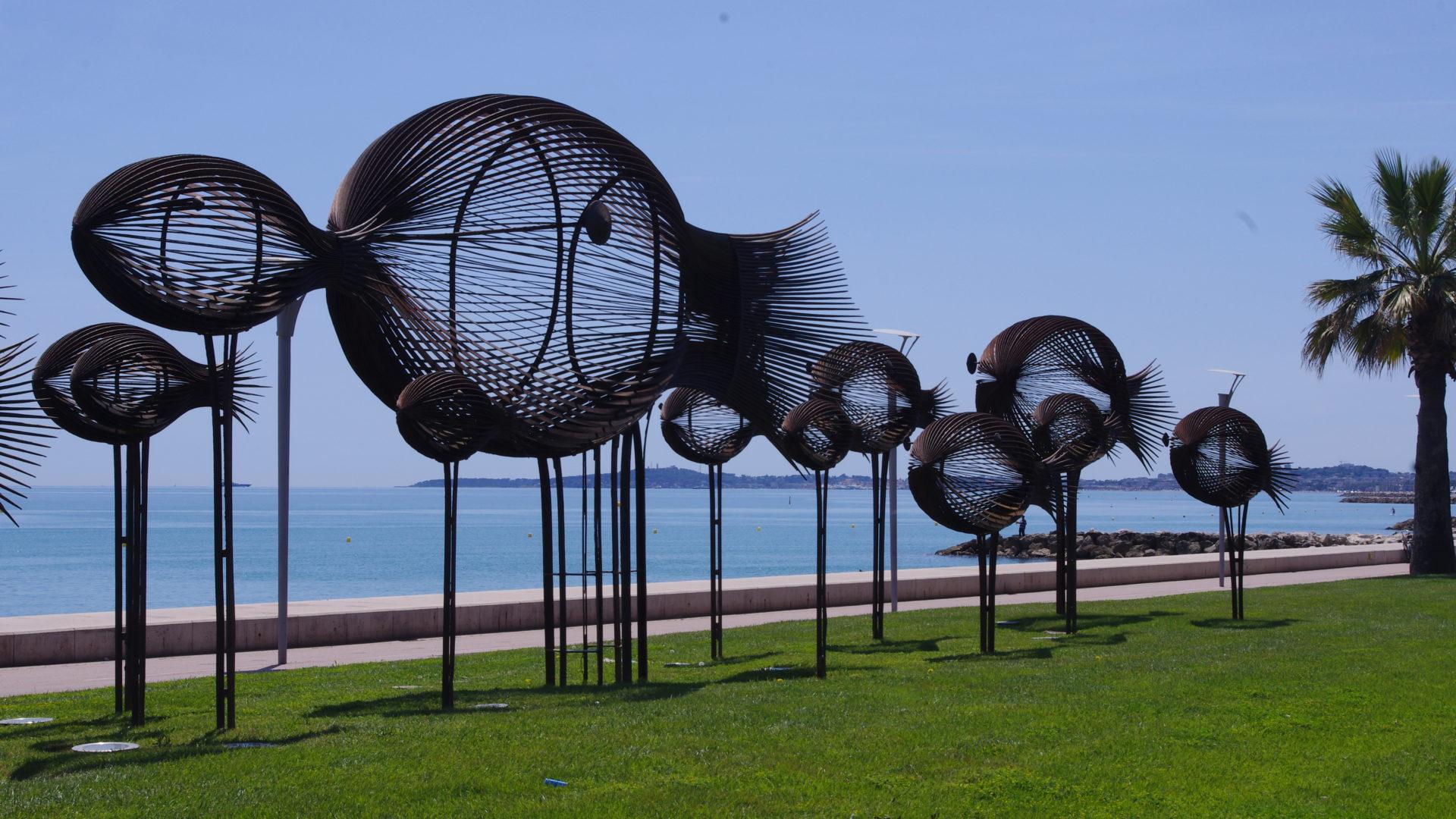 """Oeuvre de Sylvain Subervie, le """"banc de poisson"""""""