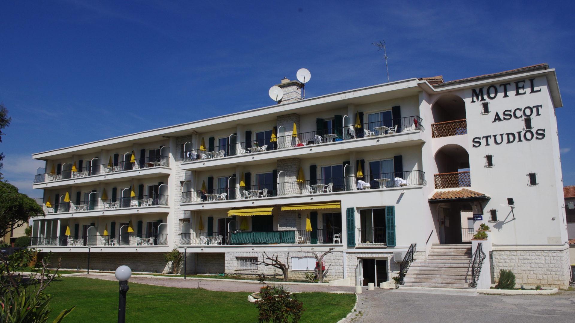 Le bâtiment du Motel Ascot vu de face