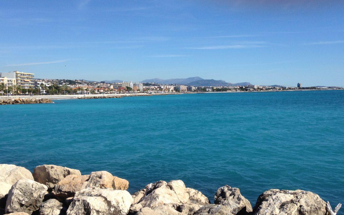 Vue imprenable sur la baie de Cagnes sur mer et sur la nouvelle Promenade de la Plage