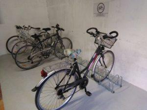 Emplacements pour vélo placé dans un garage fermé à clé
