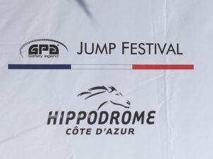 Photocall blanc soulignant l'association entre le JPA Jump Festival et l'hippodrome de Cagnes
