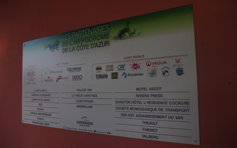 Panneau où est inscrit les partenaires de l'hippodrome de la Côte d'Azur