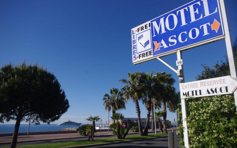Le Motel ascot, point d'ancrage idéal pour vos visites. Comme en témoigne cette photo, cet établissement hôtelier familial se trouve sur le bord de mer, à quelques mètres des plages.