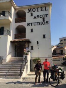 Deux cyclistes mexicains font un chatte au MOTEL ASCOT