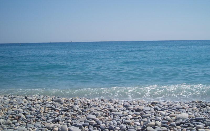 Plage de galets de Cagnes avec la mer en fond