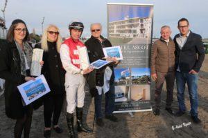 Photo prise aux balances de l'hippodrome de Cagnes-sur-mer après le prix du Motel Ascot