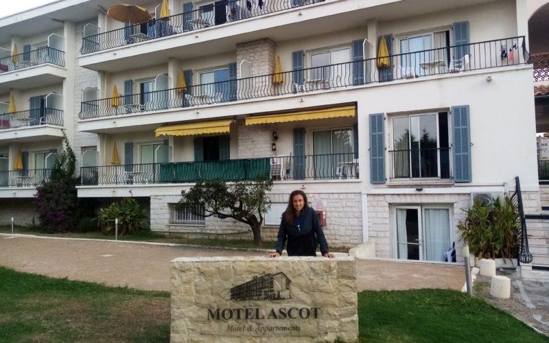 Sara Sorribes devant le Motel Ascot