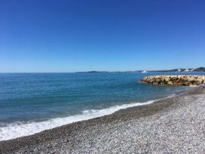Cagnes-sur-mer et ses traditionnelles plages de galet. La promenade de la plage de Cagnes-sur-mer est devenue un lieu incontournable de la Côte d'Azur comme en témoigne la venue de magnifiques yachts dans la baie cagnoise.